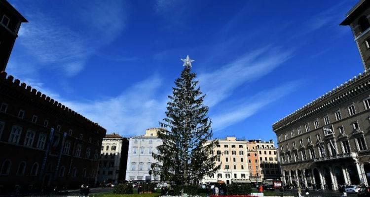 Η Ρώμη έπαθε... Ιωάννινα: Χαμός για το χριστουγεννιάτικο δέντρο που θυμίζει βουρτσάκι τουαλέτας